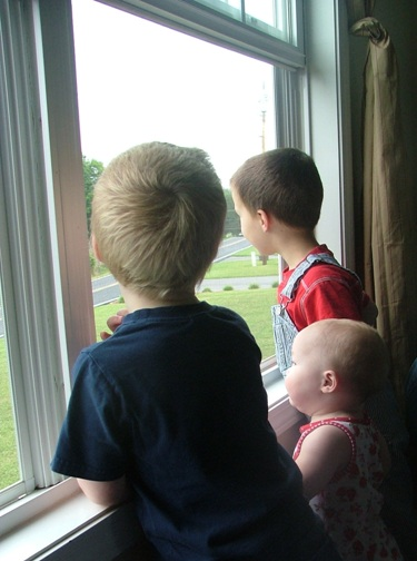 Kids_at_window